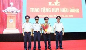 Đảng bộ Vùng Cảnh sát biển 4 trao tặng huy hiệu 30 năm tuổi Đảng