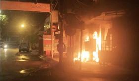 Bộ Tư lệnh Vùng Cảnh sát biển 4 giúp dân chữa cháy trong đêm