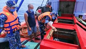 Bộ Tư lệnh Vùng Cảnh sát biển 4 tạm giữ tàu chở 50.000 lít dầu D.O không rõ nguồn gốc