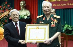 Trao tặng Huy hiệu 75 năm tuổi đảng cho đồng chí Đại tướng Lê Đức Anh