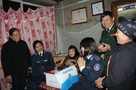 Hội phụ nữ cơ sở Cơ quan BTL Cảnh sát biển phối hợp tổ chức thăm hỏi, động viên người có công với cách mạng