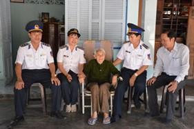 BTL Vùng CSB 4 thăm, tặng quà các Mẹ Việt Nam anh hùng và các gia đình chính sách