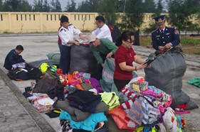 Hải đội 202 phối hợp tặng quà cho các gia đình có hoàn cảnh khó khăn
