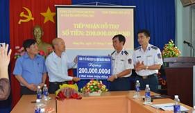 Công ty cổ phần dịch vụ và vận tải biển Vũng Tàu tặng quà Cụm Trinh sát số 2