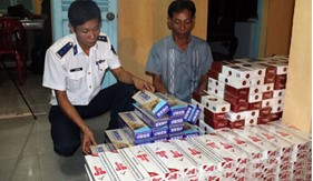 Cụm Trinh sát số 2 bắt giữ xuồng buôn lậu thuốc lá qua biên giới