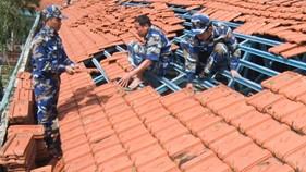 Cảnh sát biển giúp dân khắc phục hậu quả do bão số 12