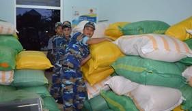 BTL Vùng Cảnh sát biển 2 phối hợp trao 10 tấn gạo giúp đỡ nhân dân xã đảo Tam Hải