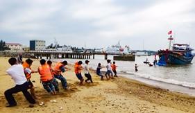 Hải đội 201 giúp dân kéo tàu bị chìm vào bờ