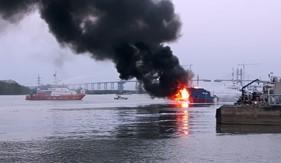 BTL Vùng Cảnh sát biển 1 tham gia chữa cháy tàu dầu