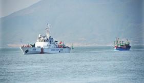 Tàu CSB 4038 cứu nạn tàu cá BĐ 95861 TS