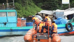 Tàu CSB 4035 thực hiện nhiệm vụ cứu hộ, cứu nạn ngư dân trong cơn bão số 1