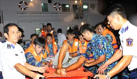BTL Vùng Cảnh Sát biển 4 kịp thời cấp cứu, đưa một gia đình ngư dân tại xã đảo Thổ Châu về Phú Quốc