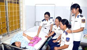 Phụ nữ Bộ Tư lệnh Vùng Cảnh sát biển 1 thăm hỏi, động viên mẹ con sản phụ mổ cấp cứu tại đảo Bạch Long Vĩ