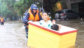 """Bộ Tư lệnh Vùng Cảnh sát biển 4 giúp nhân dân Phú Quốc ứng phó với trận lụt """"đại hồng thủy"""""""
