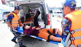 Tàu CSB 8001 kịp thời hỗ trợ bệnh nhân huyện đảo Phú Quý chuyển viện trong đêm