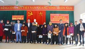 Bộ Tư lệnh Vùng Cảnh sát biển 1 phối hợp tuyên truyền  và tặng quà cho ngư dân nghèo tại Quảng Ninh