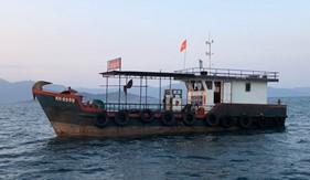 Hải đoàn 32 tạm giữ tàu vận chuyển 25.000 lít dầu DO không rõ nguồn gốc