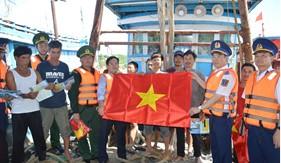 Chính ủy Cảnh sát biển thăm, tặng quà, động viên quân dân trên huyện đảo Bạch Long Vĩ