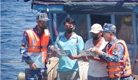 Tàu CSB 4037 tuyên truyền pháp luật, giúp đỡ ngư dân trên biển