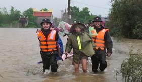 Hải đội 202 khẩn trương di dời người dân ra khỏi vùng ngập lụt