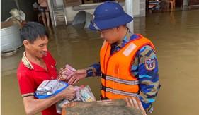 BTL Vùng Cảnh sát biển 1 giúp nhân dân khắc phục hậu quả bão lụt tại Hà Tĩnh