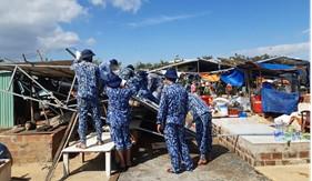 BTL Vùng Cảnh sát biển 2 giúp dân khắc phục hậu quả bão số 9