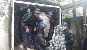 Hải đội 202 giúp nhân dân khẩn trương phòng chống cơn bão số 13