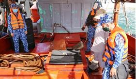 Bộ Tư lệnh Vùng Cảnh sát biển 4 bắt giữ tàu vận chuyển khoảng 50.000 lít dầu không rõ nguồn gốc