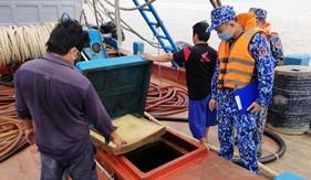 Bộ Tư lệnh Vùng Cảnh sát biển 4 bắt giữ phương tiên vận chuyển trái phép khoảng 100 m3 dầu DO