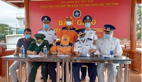 Tàu Cảnh sát biển 6007 đưa 11 thuyền viên Tàu Xin Hong về bờ bàn giao cho cơ quan chức năng