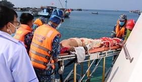 Tàu CSB 2003 kịp thời đưa 2 ngư dân bị tai biến trên biển về bờ cấp cứu an toàn