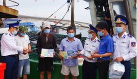 Bộ Tư lệnh Vùng Cảnh sát biển 2 tuyên truyền, vận động ngư dân chống khai thác hải sản bất hợp pháp