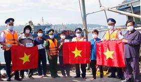 Hải đoàn 11 đồng hành với ngư dân kết hợp tuyên truyền phòng, chống dịch Covid - 19 trên vùng biển Đông Bắc