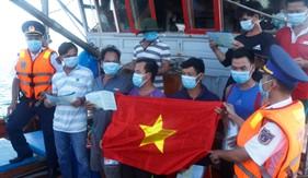 Tàu CSB 4032 tuyên truyền phòng chống dịch Covid-19 và chống khai thác IUU cho ngư dân