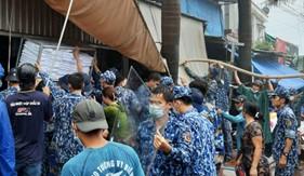Cán bộ, chiến sĩ Bộ Tư lệnh Vùng Cảnh sát biển 4 tham gia chữa cháy tại nhà dân