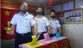 Cán bộ, chiến sĩ tàu CSB 9003 thực hiện quyền và nghĩa vụ công dân trên biển