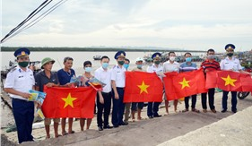 """Chương trình """"Cảnh sát biển đồng hành với ngư dân""""  tại thị xã Quảng Yên"""