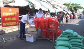 Bộ Tư lệnh Vùng Cảnh sát biển 3 tặng quà cho người dân khu vực bị phong tỏa,cách ly y tế vì dịch bệnh Covid-19