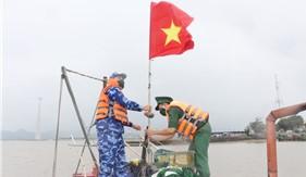 Tuyên truyền pháp luật và tặng quà hỗ trợ nhân dân huyện đảo Cát Hải phòng chống dịch Covid-19