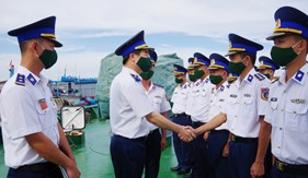 Chính ủy Cảnh sát biển làm việc với Hải đội 202
