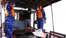 Bắt giữ tàu không số hiệu vận chuyển khoảng hơn 15.000 lít dầu bất hợp pháp