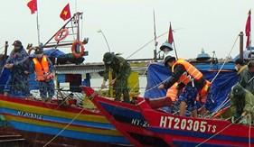 Bộ Tư lệnh Vùng Cảnh sát biển 1 giúp ngư dân Hà Tĩnh chống bão số 8