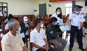 Cảnh sát biển tuyên truyền biển đảo và trao quà hỗ trợngư dân Đà Nẵng